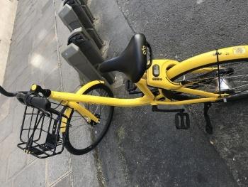 目的地周辺で自転車を乗り捨てる。記者は日本の感覚から、駐輪場でない路上に「乗り捨てる」感覚にどうしても慣れず、Velibのステーション近くに停めてしまった