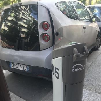 Velibに続いてパリ市が2011年に始めた電動自転車のシェアサービス「Autolib」。満充電の状態で道路に停められている