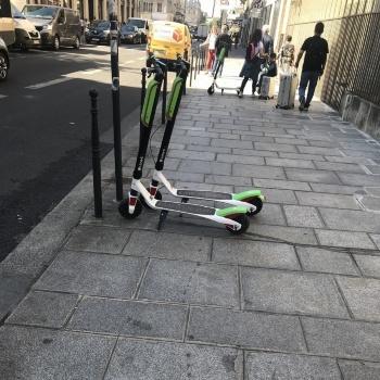 2018年6月にパリ市でサービスを始めたばかりの電動スクーターシェア「Lime」。米国のスタートアップ企業が提供する乗り捨て型サービスである