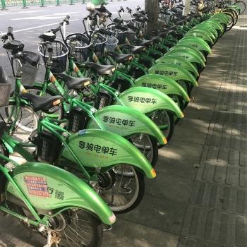 中国・上海の駅前で大量に駐輪され、歩道をふさいでいるシェア自転車(2017年撮影)