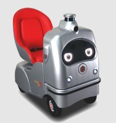 左は宅配ロボット「デリロ(DeliRo)」、右は1人乗りロボット「ラクロ(RakuRo)」。いずれも自動運転機能を有し、人間の歩行速度程度で移動する。本体前面に目が付いており、状況に合わせて意思表示をする