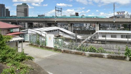 JR田端駅の南口付近。アニメ映画「天気の子」の設定では、主人公の一人である天野陽菜が住むアパートの最寄り駅だ。劇中でこの辺りの景観の描写は重要な場面の背景となるだけでなく、東京都内の浸水の被害拡大を印象付ける役割も果たしている。2019年7月26日撮影(写真:日経コンストラクション)