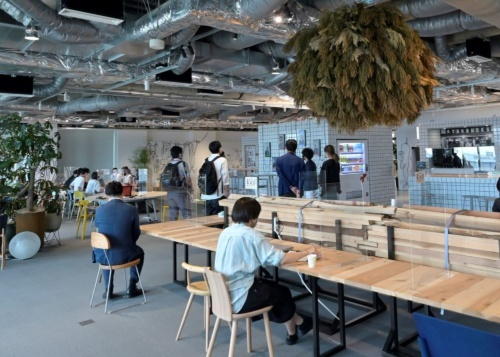 東京・お台場に完成した、乃村工芸社の新オフィス内観。家具などに使う木材に、フェアウッドを採用している(写真:日経アーキテクチュア)