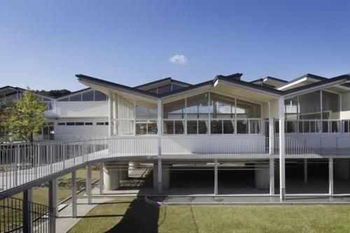 佐賀県嬉野市立塩田中学校の外観。高床構造でつくっている。設計者はSUEP.・InterMedia JV(写真:嬉野市教育委員会)