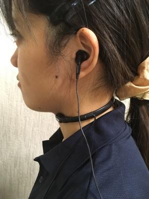 長塚電話工業所が開発・販売する皮膚伝導マイク「ND80-P003」を首に装着した例