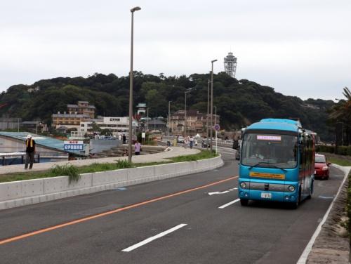 神奈川県藤沢市の江の島周辺を走る青い自動運転バス(2019年8月21日)