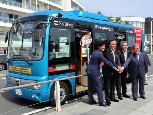 新江ノ島水族館前で自動運転バス試乗の記念撮影に応じる黒岩祐治知事(左から2人目、2019年8月21日)