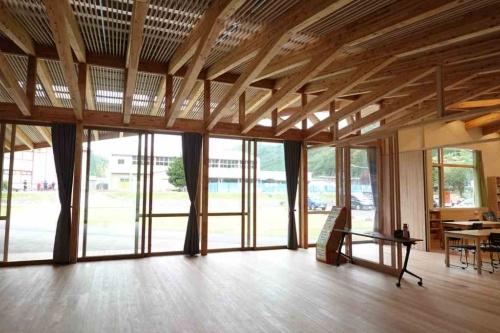 岩手県住田町に2021年3月に完成した上有住(かみありす)地区公民館。パーシモンヒルズ・アーキテクツが設計を担当した。同社は19年の公募型設計プロポーザルで選ばれた(写真:日経クロステック)