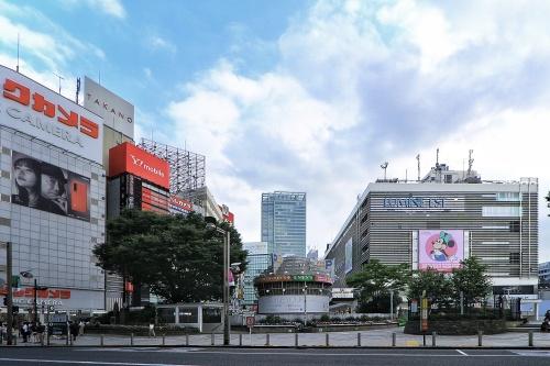 新宿駅東口駅前広場を見る(写真:日経クロステック)