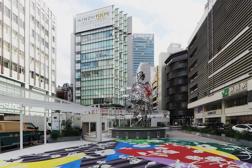 新宿駅東口駅前広場の一角。JR東日本とルミネが共同で、現代アーティストを起用する「美化整備」を展開。パブリックアートを松山智一氏、建築デザインをsinato(シナト)が担当したコミュニティースペースを20年7月19日に開設している(写真:日経クロステック)