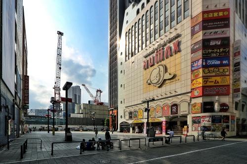 歌舞伎町1丁目のシネシティ広場に面する場所で「新宿 TOKYU MILANO 再開発計画」の工事が進んでいる(写真:日経クロステック)