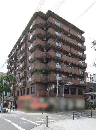 2018年9月4日に屋根の飛散事故が起こった、大阪市内のマンション。8階に住む70代の女性が、屋根材の直撃を受けた亡くなった。取材の結果、屋根材を飛散させたのは、現場から約150m離れた3階建ての建物と判明した(写真:日経 xTECH)
