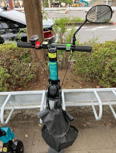 ハンドル右側の緑のレバーがアクセル、左側の赤いレバーがブレーキ。下方の黒い袋にヘルメットが入っている