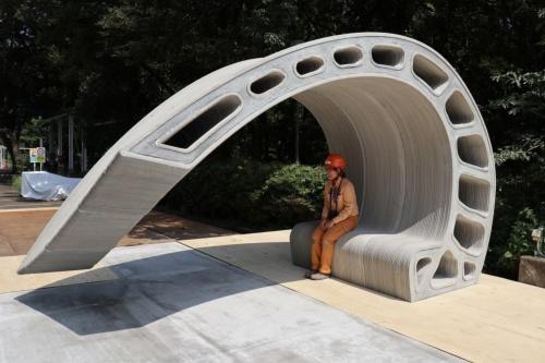 大林組技術研究所の敷地内で施工中の「シェル型ベンチ」。特殊なモルタルを使い、3Dプリンターで部材の型枠を製造する(写真:日経xTECH)
