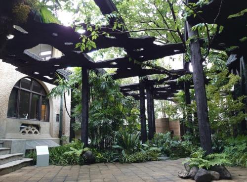 九段下にある古い洋館「kudan house」の庭園に現れた、石上純也氏のパビリオン「木陰雲」(写真:日経クロステック)