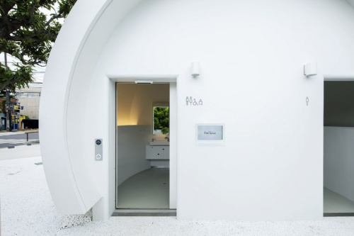 21年8月12日に供用を開始した、声で操作できる「トイレ」。白玉のようなホワイトで球形の建物が印象的(写真:永禮 賢、提供:日本財団)