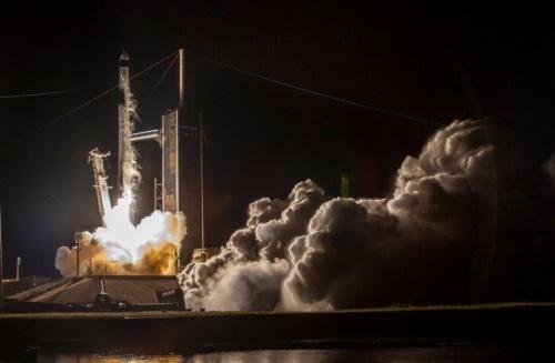 民間人4人を乗せた宇宙船を搭載したFalcon 9の打ち上げの様子