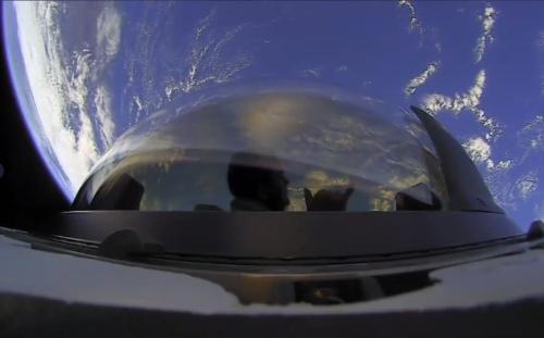「Crew Dragon」のキューポラ観測窓からの景色を楽しむ乗員