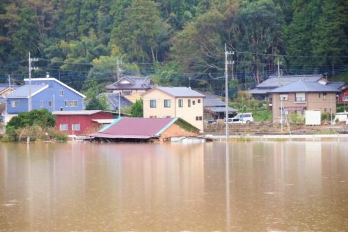 台風19号の大雨で、水戸市では那珂川などが氾濫して道路が冠水。水位が家の屋根まで達した箇所もある(写真:日経 xTECH)