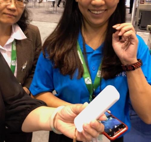 台湾系ベンダーのブースでは、「iliを購入したい。値段はいくらか。どこで販売されているのか」と聞かれた。