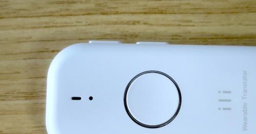 iliの電源ボタン(左)と言語の切り替えボタン(右)は本体から1mm程度突起している。