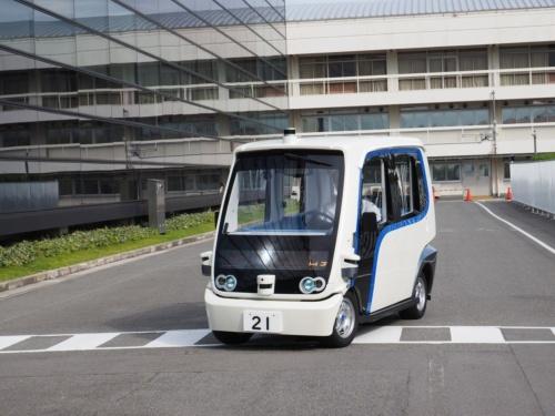 パナソニックの本社構内を走行する小型EV車。(撮影:日経Automotive)