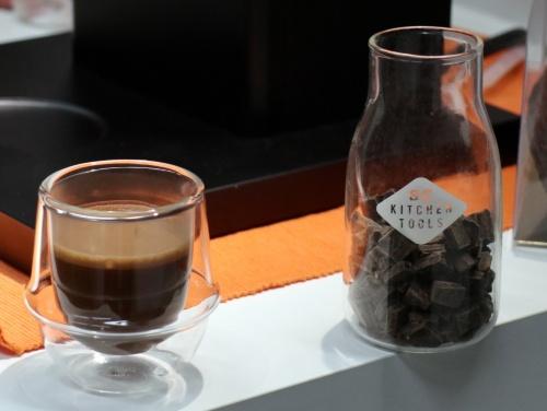 固形のチョコレートをマシンの蒸気で溶かして、ドリンクを作る