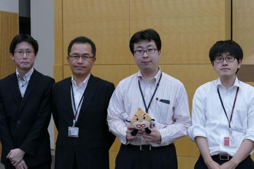 2大会連続で優勝したチーム「深海魚」のメンバー。右から2番目がリーダーの日立ソリューションズ・クリエイトの下山晃ITプロセスサポート部AI推進グループ技師