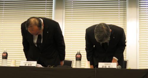 副操縦士が酒気帯びの状態で乗務しようとした疑いで逮捕されたことを受け、2018年11月16日の会見で謝罪する日本航空(JAL)の赤坂祐二社長(右)