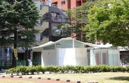 槇文彦氏による「恵比寿東公園トイレ」。休憩もできる公園内のパビリオンを目指した(写真:日本財団)