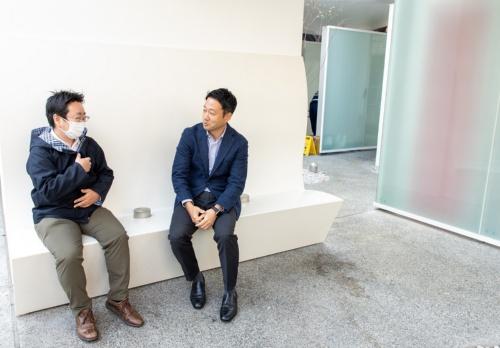 公園の中にある公共トイレのベンチに座って、インタビューする筆者(左)。ベンチは汚くも臭くもない。撮影中だけ、笹川氏にはマスクを外してもらった(写真:北山 宏一)