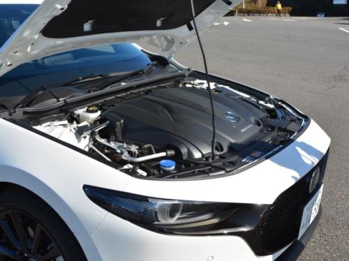 図2 試乗したX2.0搭載車(6速AT、FF車)のエンジンルーム