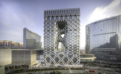 マカオで18年6月に完成したタワー型ホテル「モーフィアス」。世界で初めて自由造形の外骨格構造を高層建築に導入した(写真:Ivan Dupont)