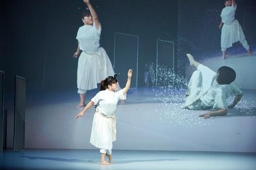 ダンスパフォーマンス作品「discrete figures(ディスクリート フィギュアズ)」。本物のダンサーと、機械学習で生成したバーチャルなダンサーが「共演」