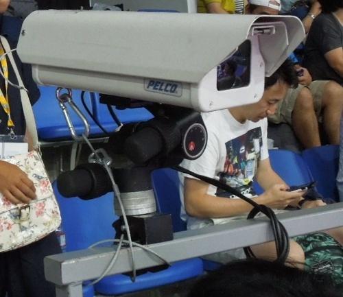 テニスの試合会場に設置されたホークアイのカメラ。通常はコートを囲むように8台(さらに2台がプレーヤーの動きをトラッキング)設置してボールの動きを追う