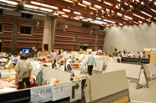 2011年の東日本大震災で避難所となった福島県内の公共施設の様子。避難生活者がひしめき合っていた(写真:日経アーキテクチュア)