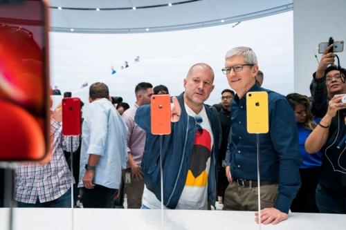 iPhone XR発表時(2018年9月)のジョニー・アイブ氏(左)とティム・クック氏(右)