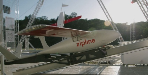 発射台で離陸を待つ、Walmartの荷物を搭載したZiplineのドローン