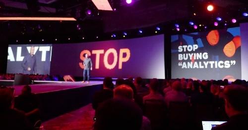 """企業ロゴを刷新し、「STOP BUYING """"ANALYTICS"""". IT'S TIME TO INVEST IN ANSWERS.」のメッセージを打ち出した"""
