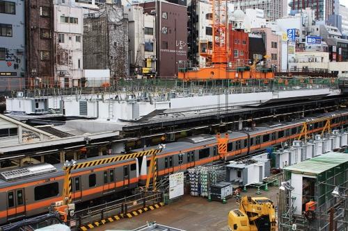 御茶ノ水駅に停車するE233系分割・併合可能編成(撮影:大野 雅人)