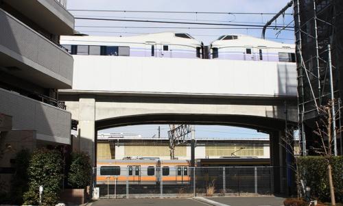 旧武蔵小金井電車区付近を行く特急「スーパーあずさ」E351系12両編成(撮影:大野 雅人)