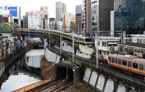 総武線が中央線をオーバークロスする御茶ノ水駅東端部分(撮影:大野 雅人)