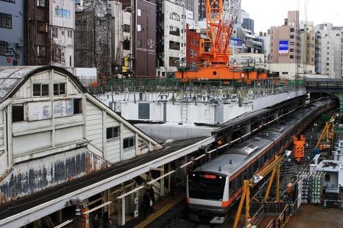 ホーム直上にコンコースを造る改良工事が進む御茶ノ水駅(撮影:大野 雅人)