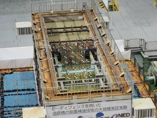 振動台に載った巨大な土槽。東日本大震災における栃木県の地震記録を基に、模型のスケールに合わせて調整した地震波で揺らした(撮影:池谷 和浩)