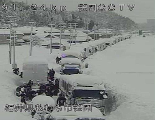 福井、石川の両県にまたがる国道8号では今年2月6日から9日にかけて、大雪で最大約1500台の車両が立ち往生した(出所:国土交通省近畿地方整備局)