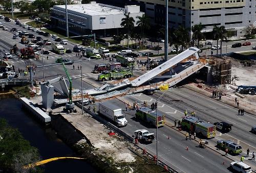 米マイアミで崩落した建設中の歩道橋。左が主塔側。2018年3月15日撮影(出所:Abaca/アフロ)