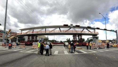架設中の歩道橋(出所:フロリダ国際大学)