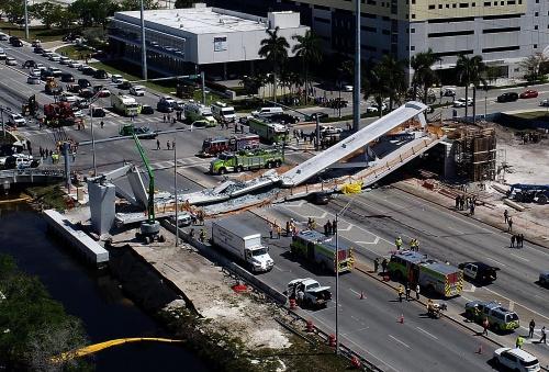 米フロリダ州マイアミで建設中に崩落した歩道橋。写真左手が北、右手が南だ。2018年3月15日撮影(出所:Abaca/アフロ)