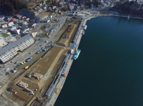 気仙沼市魚町地区で建設中の防潮堤。背後地は市が区画整理事業で盛り土をしている(写真:宮城県)