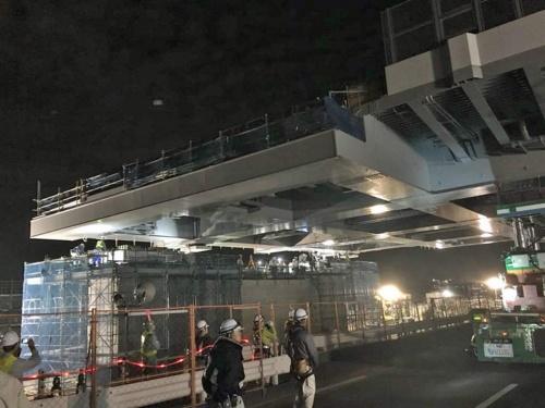 架設位置に到着した鋼箱桁。橋脚上に据え付ければ完了だったのだが、写真中央の作業員の視線の先にあったのは…(写真:東京都)